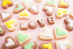 ハート型とLOVEの文字型のクッキーの写真素材 [FYI01666150]