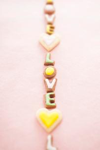 ハート型とLOVEの文字型のクッキーの写真素材 [FYI01666155]