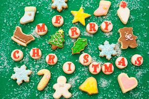 クリスマスのモチーフのアイシングクッキーの写真素材 [FYI01666156]