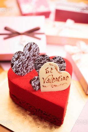 ハート型の赤いケーキの写真素材 [FYI01666158]