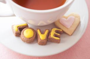 カップとLOVEの文字型のクッキーの写真素材 [FYI01666160]