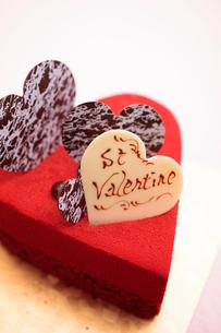 ハート型の赤いケーキの写真素材 [FYI01666161]