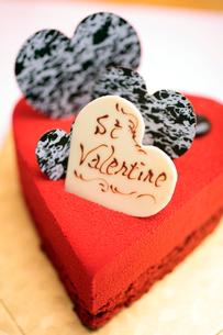 ハート型の赤いケーキの写真素材 [FYI01666162]