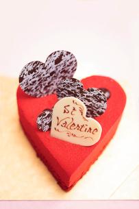 ハート型の赤いケーキの写真素材 [FYI01666163]