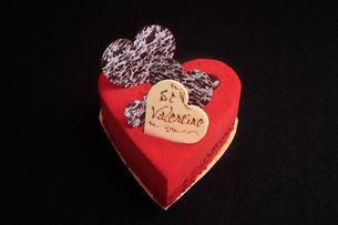 ハート型の赤いケーキの写真素材 [FYI01666167]