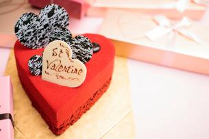 ハート型の赤いケーキの写真素材 [FYI01666168]