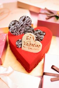 ハート型の赤いケーキの写真素材 [FYI01666173]