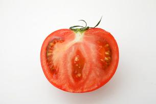 半分に切られたトマトの写真素材 [FYI01666180]