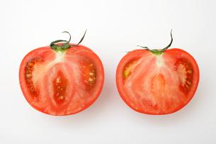 半分に切られたトマトの写真素材 [FYI01666183]