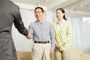握手をする中年夫婦の写真素材 [FYI01666195]