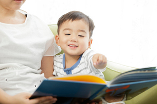絵本を読む男児の写真素材 [FYI01666232]