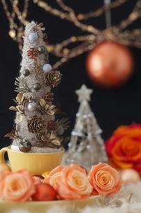 毛糸のクリスマスツリーの写真素材 [FYI01666302]
