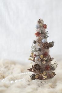 毛糸のクリスマスツリーの写真素材 [FYI01666306]