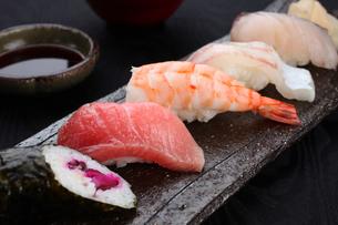 にぎり寿司5種盛りの写真素材 [FYI01666398]