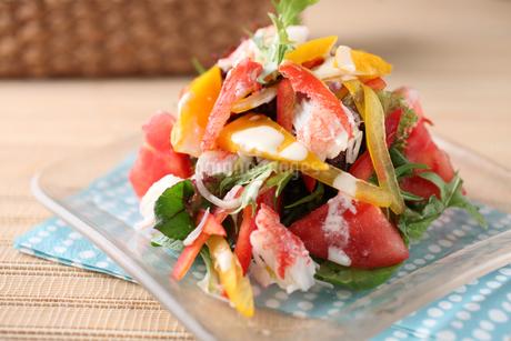 かにと夏野菜のサラダの写真素材 [FYI01666452]