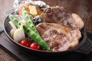 季節野菜と豚肉のグリルの写真素材 [FYI01666456]