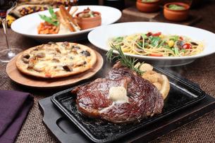 牛肉ステーキコースの写真素材 [FYI01666463]