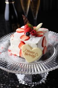 いちごのバースデーケーキとシャンパンの写真素材 [FYI01666488]