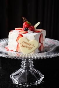 いちごのバースデーケーキの写真素材 [FYI01666496]