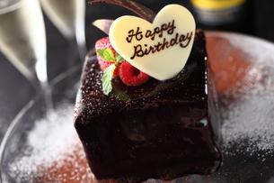 チョコレートのバースデーケーキの写真素材 [FYI01666504]