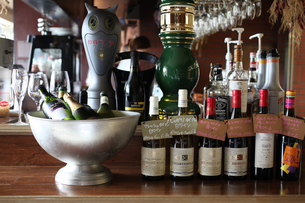 バールのカウンターに並ぶワインの写真素材 [FYI01666518]