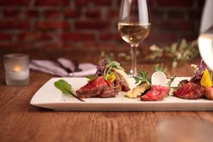 肉料理とワインの写真素材 [FYI01666544]