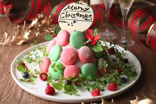 マカロンのクリスマスケーキの写真素材 [FYI01666552]
