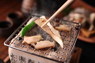 松茸とあわびの炭焼きの写真素材 [FYI01666554]