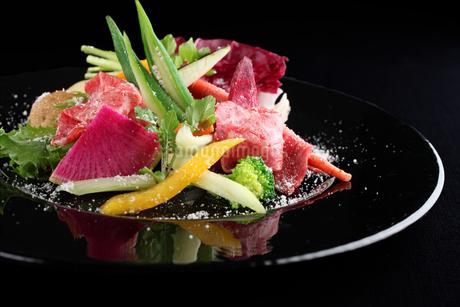 牛肉と彩り野菜のカルパッチョの写真素材 [FYI01666570]