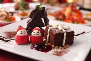 クリスマスケーキとコース料理の写真素材 [FYI01666590]