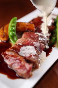 牛肉ステーキのホワイトソースかけの写真素材 [FYI01666591]