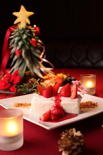 クリスマスツリーとケーキの写真素材 [FYI01666592]