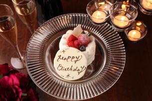バースデーケーキとキャンドルの写真素材 [FYI01666604]