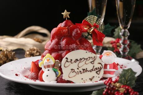 クリスマスのバースデーケーキの写真素材 [FYI01666623]