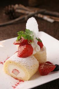 いちごのロールケーキの写真素材 [FYI01666628]