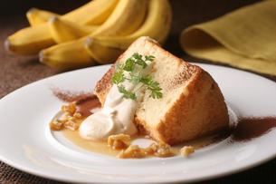 バナナとキャラメルのシフォンケーキの写真素材 [FYI01666634]