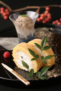 きなこと黒豆の和風ロールケーキの写真素材 [FYI01666645]