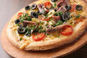 オリーブとアンチョビのピザの写真素材 [FYI01666657]