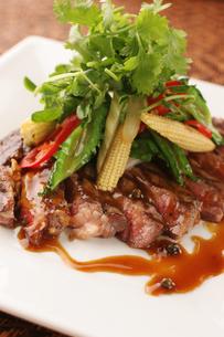 グリル野菜とステーキの写真素材 [FYI01666681]
