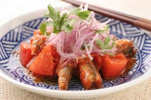 トマトとイワシのエスニック煮の写真素材 [FYI01666693]