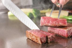 鉄板でステーキを焼くシーンの写真素材 [FYI01666701]