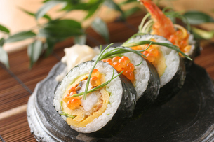 エビフライのサラダ巻き寿司の写真素材 [FYI01666740]
