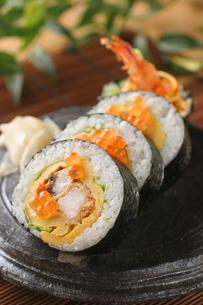 エビフライのサラダ巻き寿司の写真素材 [FYI01666742]