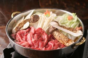 松茸と和牛のすき焼きの写真素材 [FYI01666753]