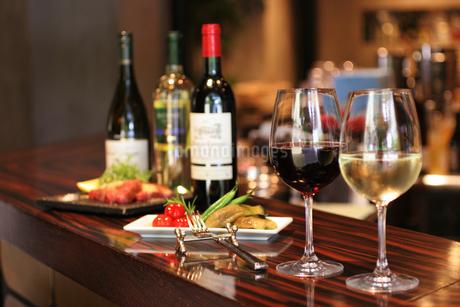 ワインバールに並ぶワインと料理の写真素材 [FYI01666778]