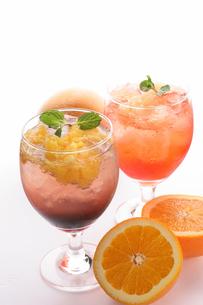 果肉入りオレンジ&グレープフルーツソーダの写真素材 [FYI01666789]