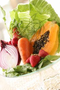 野菜とフルーツの盛り合わせの写真素材 [FYI01666811]