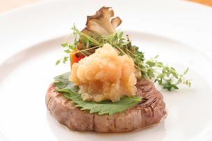 フィレ肉の和風ステーキの写真素材 [FYI01666859]