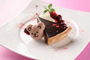 くまマカロン付チョコレートタルトの写真素材 [FYI01666888]