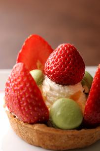 イチゴとマカロンのタルトの写真素材 [FYI01666889]